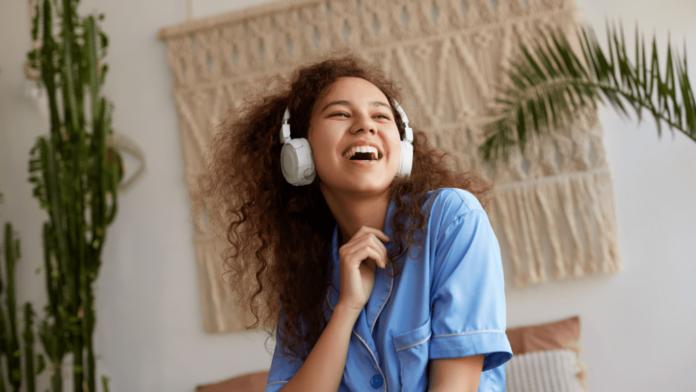 Ragazza che ascolta i 3 mesi Gratis di Amazon Music Unlimited